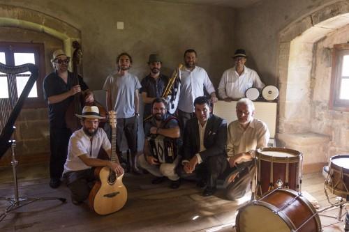 Con los músicos, el actor Segis Meana y el realizador Pablo Casanueva, después de terminar la grabación del videoclip